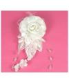 Witte haardecoratie met bloemen